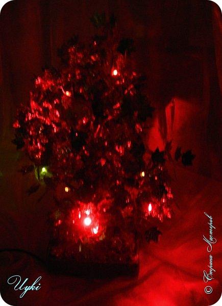 Давно заглядывалась на светящиеся деревья из бисера, но на бисер у меня всегда не хватает терпения, вот и заменила паетками. Ушло около 700 шт листочов и 20 диодов. 10 красных и 10 желтых. В высоту 30 см. фото 6