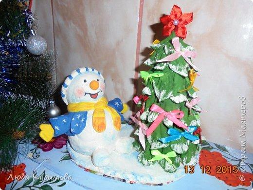 Здравствуйте, эти поделки делали в детский сад. Это снеговик с елочкой из соленого теста. фото 1