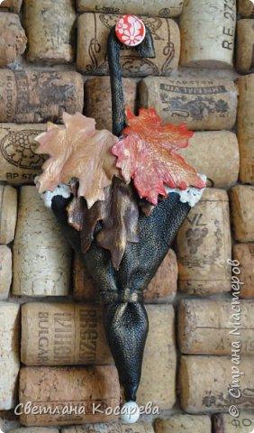 Очень-очень захотелось такую брошку,когда увидела работы Наташи Башаровой.Длина зонтика-14 см.Кожа была толстая,истончала долго...Красила,тонировала,мяла,в общем-получала удовольствие от работы:))). фото 1