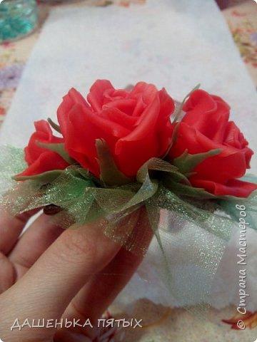 Приветствую всех:-)подсмотрела тут у мастериц новый способ лепки розы,раскатывая лепесточки на руке из капли.и пока училась налепила 3 штучки.и долго они у меня лежали без дела,пока не решила попробовать приклеить это дело на заколку.украсила органзой и вот что вышло.ну конечно на каждый день через чур вычурно получилось:-(ну для девочки думаю подойдёт,как раз племяшка мужа с длинными волосами:-)при случае призентую:-) фото 3