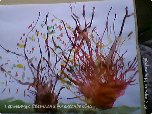 """""""Осенние деревья"""" Стволы  деревьев и веточки  кустов  нарисованы с помощью выдувания  краски коктейльной  трубочкой.Работы учащихся 4""""В"""" класса фото 8"""