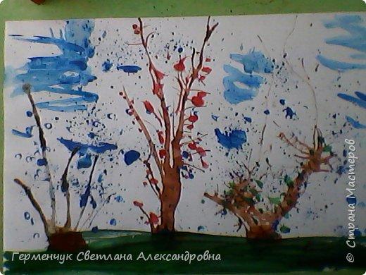 """""""Осенние деревья"""" Стволы  деревьев и веточки  кустов  нарисованы с помощью выдувания  краски коктейльной  трубочкой.Работы учащихся 4""""В"""" класса фото 12"""