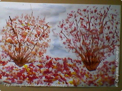 """""""Осенние деревья"""" Стволы  деревьев и веточки  кустов  нарисованы с помощью выдувания  краски коктейльной  трубочкой.Работы учащихся 4""""В"""" класса фото 1"""