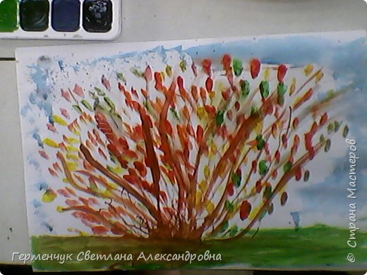 """""""Осенние деревья"""" Стволы  деревьев и веточки  кустов  нарисованы с помощью выдувания  краски коктейльной  трубочкой.Работы учащихся 4""""В"""" класса фото 26"""