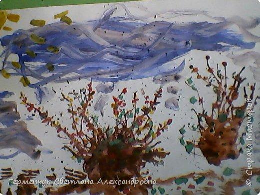 """""""Осенние деревья"""" Стволы  деревьев и веточки  кустов  нарисованы с помощью выдувания  краски коктейльной  трубочкой.Работы учащихся 4""""В"""" класса фото 24"""