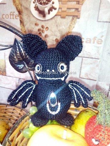 Мышка связана по схеме: https://handcraft-studio.com/летучая-мышь-амигуруми-схема/  фото 2