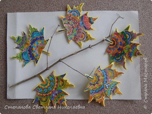 Предложила ребятам кленовые листочки- раскраску (дети подготовишки). Им так понравилось, что места на дереве оказалось мало, получились ешё и подарки мамам.