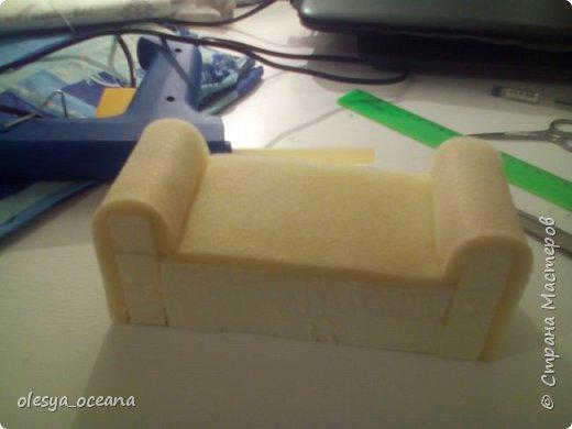 Доброго времени суток. Сегодня я покажу, как я делала диван для кукол.  Для работы я взяла, такие материалы, как: 1. Поролон 2. Пенополистирол (можно пенопласт) 3. Клей-пистолет 4. Материал для обшивки 5. Иголки, линейка,канцелярский нож. фото 5