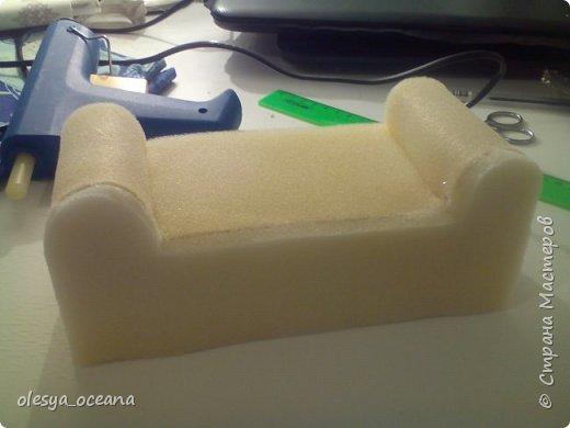 Доброго времени суток. Сегодня я покажу, как я делала диван для кукол.  Для работы я взяла, такие материалы, как: 1. Поролон 2. Пенополистирол (можно пенопласт) 3. Клей-пистолет 4. Материал для обшивки 5. Иголки, линейка,канцелярский нож. фото 6