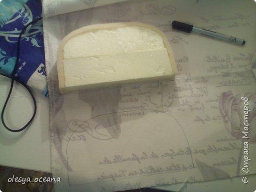 Доброго времени суток. Сегодня я покажу, как я делала диван для кукол.  Для работы я взяла, такие материалы, как: 1. Поролон 2. Пенополистирол (можно пенопласт) 3. Клей-пистолет 4. Материал для обшивки 5. Иголки, линейка,канцелярский нож. фото 9