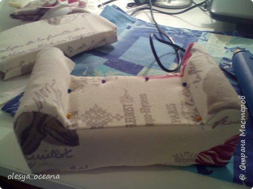 Доброго времени суток. Сегодня я покажу, как я делала диван для кукол.  Для работы я взяла, такие материалы, как: 1. Поролон 2. Пенополистирол (можно пенопласт) 3. Клей-пистолет 4. Материал для обшивки 5. Иголки, линейка,канцелярский нож. фото 14