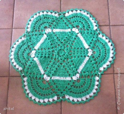 Этот коврик тоже мама связала. Уж очень ей нравится зелень... фото 1