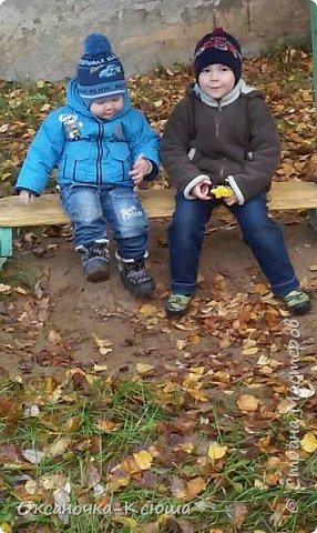 """В детском саду у моих мальчишек объявили конкурс на поделки, связанные с темой """"осень"""". Придумали мы вот что...) Со средним сынулькой (4 года) из палочек от мороженого сделали качель (она у нас, как настоящая качается), из проволоки (за основу, как остов), плотной бумаги сделали ствол, приклеили дары природы - осенние опавшие листья и ... получилось дерево))) Качели и стволу посредством гуаши постарались придать естественный вид. Всё это приклеили на искусственный  газон, добавили на клей настоящих листочков и ...вот наше творение - Осень в парке))) фото 5"""