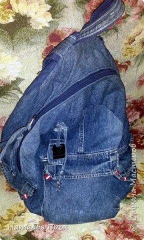 """Здравствуй ,Страна! Здравствуйте, дорогие мастера и мастерицы! Давненько не была, решила исправляться,ведь отсутствие не значит ничегонеделание))) Сегодня я к вам с изделиями из моего горячо любимого джинса, который я очень скрупулезно собираю и склааадирую!!! Я  большая любительница крупных сумок,и если честно не представляю, что можно уместить в клатч?))) Но оказалось, что маленькая сумочка иногда просто необходима и я решила исправить этот пробел и сшить маленькую сумочку(по чесноку она не совсем уж маленькая получилась))))Сумка типа """"почтальон"""" .Про мотылька на клапане отдельная песня в конце поста фото 8"""