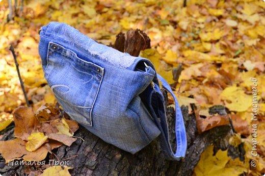 """Здравствуй ,Страна! Здравствуйте, дорогие мастера и мастерицы! Давненько не была, решила исправляться,ведь отсутствие не значит ничегонеделание))) Сегодня я к вам с изделиями из моего горячо любимого джинса, который я очень скрупулезно собираю и склааадирую!!! Я  большая любительница крупных сумок,и если честно не представляю, что можно уместить в клатч?))) Но оказалось, что маленькая сумочка иногда просто необходима и я решила исправить этот пробел и сшить маленькую сумочку(по чесноку она не совсем уж маленькая получилась))))Сумка типа """"почтальон"""" .Про мотылька на клапане отдельная песня в конце поста фото 3"""