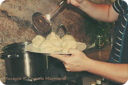 В очередной раз, когда на улице уже дело идет к зимним холодам, мы вспоминаем о Хинкали)) О, это блюдо нас покорило в нашу первую поездку в Грузию и было бы просто преступлением для нас не научиться его готовить, что мы и поспешили сделать. Готовим именно хинкали, не пельмени, грузины этого просто не поймут)) Существует много разных легенд о появлении хинкали, но есть среди них одна особенно популярная. Все происходило в горах во время войны с персами, когда не было большой возможности что-то готовить, жарить. С войны приехал молодой человек, раненый в шею. Жевать, понятное дело, ему было очень сложно, а есть хотелось. Да и продуктов не было, только мясо барана, лук, чеснок и мука. Так что сестра порубила мясо на фарш, завернула в тесто и сварила с бульоном. В горах баранов очень много, а готовить можно было только как-то примитивно совсем. А для хинкали ничего жарить не надо, только лишь кастрюля да мука. Родина хинкали – Пасанаури. Это деревня по пути на Казбеги. Если удалось оказаться в тех краях, не пожалейте времени и отведайте местных хинкали. Они совсем другие – маленькие, более жирные и очень, ну очень вкусные.  Для приготовления хинкали потребуется:  Жирная говядина - 300 гр. (мы берем мяско поровну со свининой)  лук репчатый - 2 головки  тмин - 1 гр.  мука - 300 гр.  вода - 100 гр.  перец черный и перец красный по 1 гр.  соль  Мясо нарезать мелкими кусочками, нарезать репчатый лук, поместить мясо с луком в миску. Добавить соль по вкусу, перец черный, перец красный, тмин. Тщательно перемешать. Приготовленную массу пропустить через мясорубку. В фарш добавить воду, чтобы стал жидким фото 13