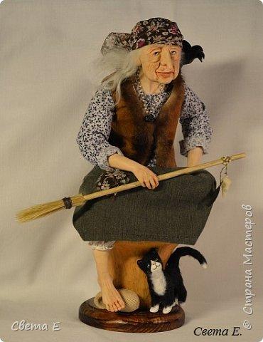 Баба Яга  получилась очень добрая. Она сидит на ступе, вторая нога тоже есть ( подогнута под юбкой). С обратной стороны у ступы растут красные мухоморы. фото 1