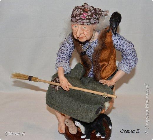 Баба Яга  получилась очень добрая. Она сидит на ступе, вторая нога тоже есть ( подогнута под юбкой). С обратной стороны у ступы растут красные мухоморы. фото 2