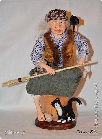 Баба Яга  получилась очень добрая. Она сидит на ступе, вторая нога тоже есть ( подогнута под юбкой). С обратной стороны у ступы растут красные мухоморы. фото 3