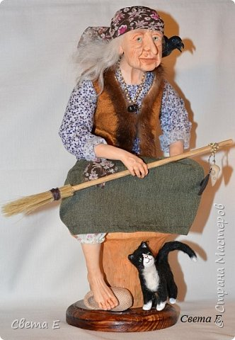 Баба Яга  получилась очень добрая. Она сидит на ступе, вторая нога тоже есть ( подогнута под юбкой). С обратной стороны у ступы растут красные мухоморы. фото 4
