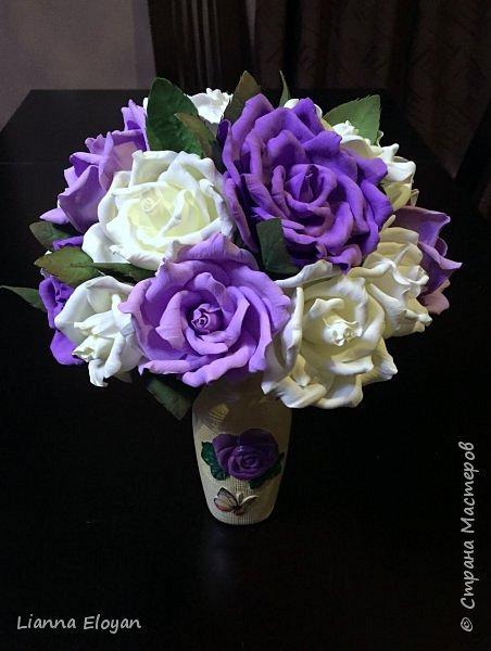 Здравствуй Страна! Хочу представить вам мой первый свадебный букет из фоамирана.Что-то не хватает и мне очееень нужно ваш совет.Стебель  букета буду потом украсить наверно с кружевом и бусинками.Не знаю может листики здесь лишние или розы надо было сделать поменьше размером?Что посоветуйте?  фото 13