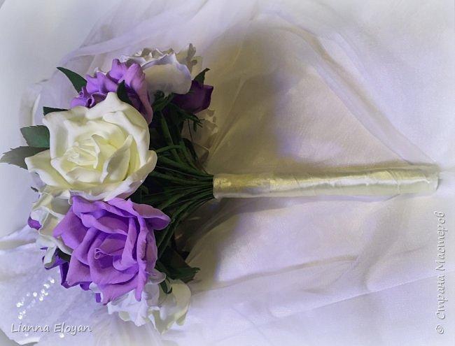 Здравствуй Страна! Хочу представить вам мой первый свадебный букет из фоамирана.Что-то не хватает и мне очееень нужно ваш совет.Стебель  букета буду потом украсить наверно с кружевом и бусинками.Не знаю может листики здесь лишние или розы надо было сделать поменьше размером?Что посоветуйте?  фото 3