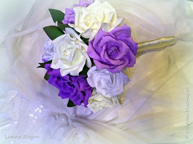 Здравствуй Страна! Хочу представить вам мой первый свадебный букет из фоамирана.Что-то не хватает и мне очееень нужно ваш совет.Стебель  букета буду потом украсить наверно с кружевом и бусинками.Не знаю может листики здесь лишние или розы надо было сделать поменьше размером?Что посоветуйте?  фото 4