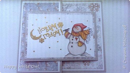 Здравствуйте, друзья!  Продолжаем новогоднюю тему. Эту открыточку я сделала несколько недель назад, но никак не могла её выложить, т.к. камера на моем телефоне ужасная и сильно искажает цвет. Я очень долго билась, чтобы сделать хорошие фотографии, но так и ничего не получилось(( Поэтому выкладываю так.  Для работы использовала бумагу Винтажная  зима от Фабрики Декору, а также их пудру для эмбоссинга Золотое зеркало. Про пудру писала здесь http://happywhiteowl.blogspot.ru/2016/10/blog-post_10.html#links, заглядывайте если интересно. За основу брала бумагу от Palazzo.   фото 1
