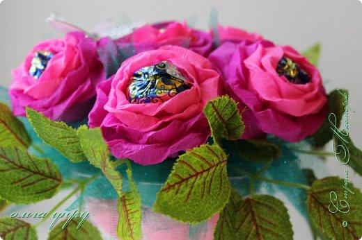 В Букете использовала пластиковую креманку, пенопласт,т7  конфет, иск.листья, сердечки как наполнитель, фото 4