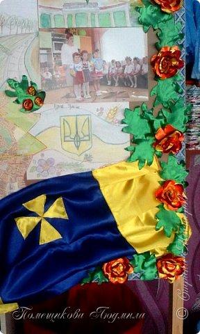 Здравствуйте! По установившейся традиции в  нашем славном курортном городке Миргороде ежегодно проходит выставка цветочных панно и стендов.Тематика всегда разная, но интересная.      В этом году цветочное панно должно было посвящаться 25-летию независимости Украины.В нашем садике долго думали, как воплотить эту идею...Я предложила вариант женщины-украинки в цветочном венке.Всем понравилось.А кто придумал-тот и делает.Спасибо коллеге,она нарисовала женский портрет, а все остальное делала я. фото 15