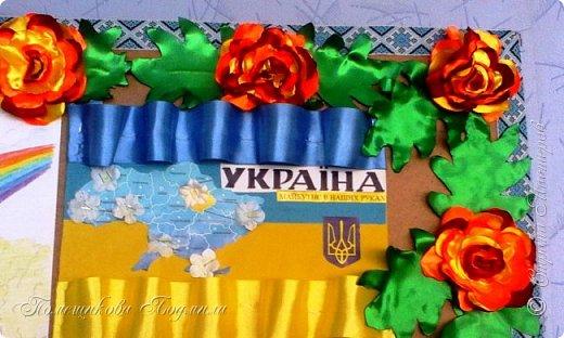 Здравствуйте! По установившейся традиции в  нашем славном курортном городке Миргороде ежегодно проходит выставка цветочных панно и стендов.Тематика всегда разная, но интересная.      В этом году цветочное панно должно было посвящаться 25-летию независимости Украины.В нашем садике долго думали, как воплотить эту идею...Я предложила вариант женщины-украинки в цветочном венке.Всем понравилось.А кто придумал-тот и делает.Спасибо коллеге,она нарисовала женский портрет, а все остальное делала я. фото 16