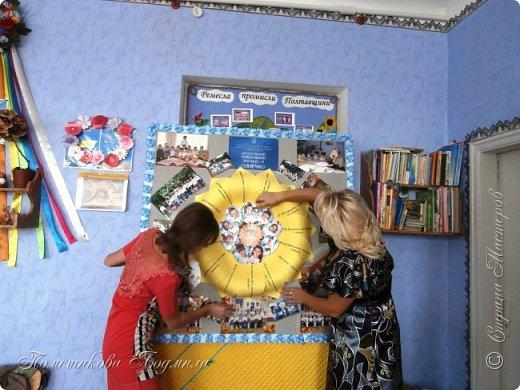 Здравствуйте! По установившейся традиции в  нашем славном курортном городке Миргороде ежегодно проходит выставка цветочных панно и стендов.Тематика всегда разная, но интересная.      В этом году цветочное панно должно было посвящаться 25-летию независимости Украины.В нашем садике долго думали, как воплотить эту идею...Я предложила вариант женщины-украинки в цветочном венке.Всем понравилось.А кто придумал-тот и делает.Спасибо коллеге,она нарисовала женский портрет, а все остальное делала я. фото 12
