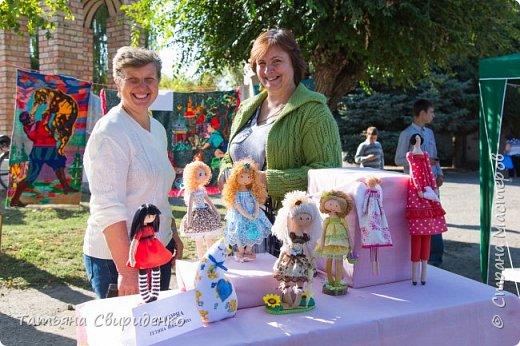 В сентябре состоялась ежегодная выставка-ярмарка ко дню поселка. Я имела честь принять участие в ней впервые со своими любимыми кукляшками. фото 2