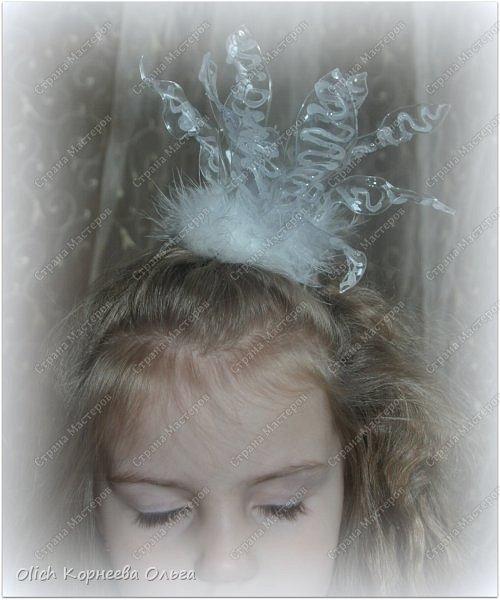 Здравствуйте, гости моей странички! Еще есть масса времени для подготовки к Новому году! Успеть нужно и подарки подготовить, и наряды для своих детишек продумать!  Для своей маленькой дочки я сделала короны. Эти короны подойдут не только для Нового года, но и на любой другой праздник. Я делала для белого платья, поэтому и цвет корон белый. Но можно выполнить их в любом цвете. Одна корона сделана вообще из бросового материала - пластиковой бутылки, а смотрится просто шикарно. Такие атрибуты прекрасно подойдут для фотосессии не только для детей и для взрослых. Вдохновляйтесь и мастерите для себя и своих близких!   фото 6