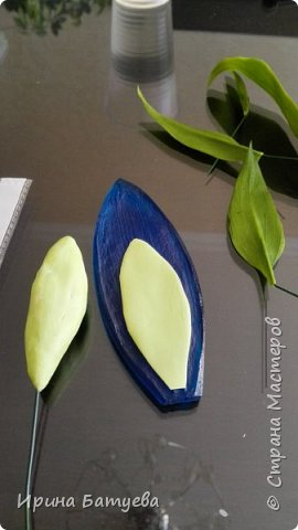 Это продолжение мастер-класса по белой лилии. В первой части мы сделали цветок лилии: http://stranamasterov.ru/node/1055126 . Здесь мы будем учиться делать листики, бутоны, а также собирать все это в ветку. фото 16