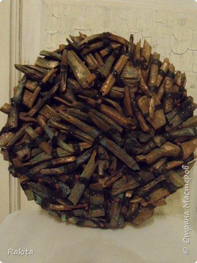 Здравствуйте, сегодня хочу показать панно (driftwood art) из кусочков дерева собранных на пляже, обработанных водой , песком и солнцем  и  полосок натуральной кожи. К основе из фанеры кусочки дерева прикреплены финишными гвоздиками. фото 2