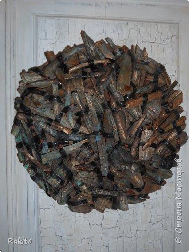 Здравствуйте, сегодня хочу показать панно (driftwood art) из кусочков дерева собранных на пляже, обработанных водой , песком и солнцем  и  полосок натуральной кожи. К основе из фанеры кусочки дерева прикреплены финишными гвоздиками. фото 1
