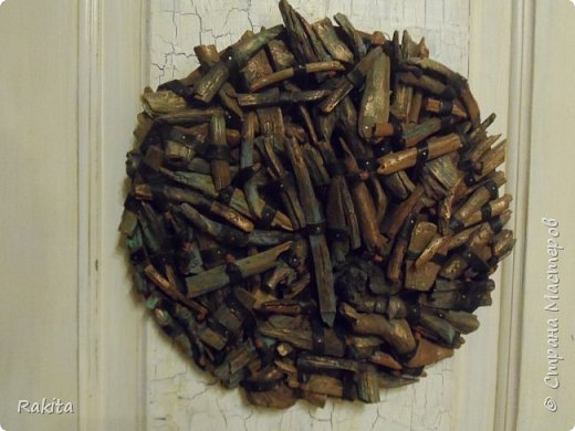 Здравствуйте, сегодня хочу показать панно (driftwood art) из кусочков дерева собранных на пляже, обработанных водой , песком и солнцем  и  полосок натуральной кожи. К основе из фанеры кусочки дерева прикреплены финишными гвоздиками. фото 3