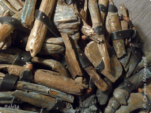 Здравствуйте, сегодня хочу показать панно (driftwood art) из кусочков дерева собранных на пляже, обработанных водой , песком и солнцем  и  полосок натуральной кожи. К основе из фанеры кусочки дерева прикреплены финишными гвоздиками. фото 5