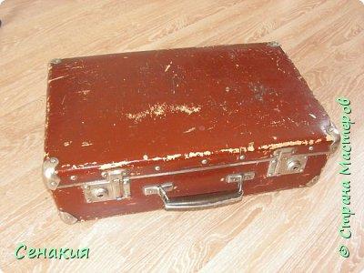 Здравствуйте, мои дорогие жители Страны мастеров. Хочу вам рассказать в фотографиях как реставрировала старый советский чемодан под хранилище для фотографий)) Вот таким мне его принесли. фото 1