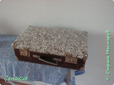 Здравствуйте, мои дорогие жители Страны мастеров. Хочу вам рассказать в фотографиях как реставрировала старый советский чемодан под хранилище для фотографий)) Вот таким мне его принесли. фото 3