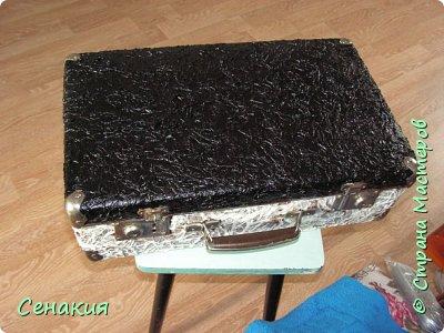 Здравствуйте, мои дорогие жители Страны мастеров. Хочу вам рассказать в фотографиях как реставрировала старый советский чемодан под хранилище для фотографий)) Вот таким мне его принесли. фото 4