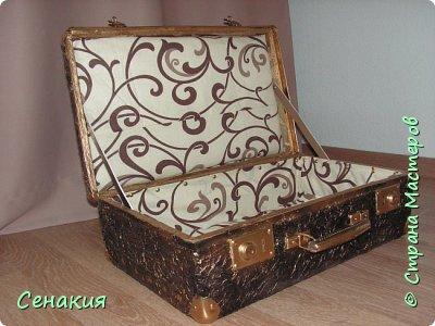 Здравствуйте, мои дорогие жители Страны мастеров. Хочу вам рассказать в фотографиях как реставрировала старый советский чемодан под хранилище для фотографий)) Вот таким мне его принесли. фото 6