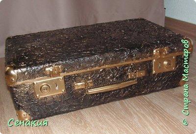 Здравствуйте, мои дорогие жители Страны мастеров. Хочу вам рассказать в фотографиях как реставрировала старый советский чемодан под хранилище для фотографий)) Вот таким мне его принесли. фото 7