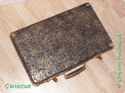 Здравствуйте, мои дорогие жители Страны мастеров. Хочу вам рассказать в фотографиях как реставрировала старый советский чемодан под хранилище для фотографий)) Вот таким мне его принесли. фото 8