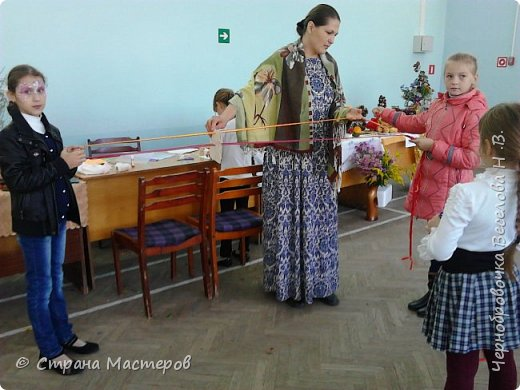 Октябрь выдалсядействительно плодотворным ,так как в этом месяце родились новые идеи в создании берестяных кукол .Вот одну вы видите на выставке посвященной дню села Шигоны (Шигонский район ,Самарская область).Назвала я ее Лесной царевной. фото 6