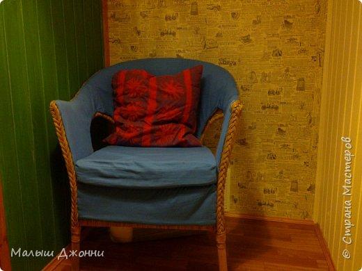 В маленьком помещении 2.30 х 2.30 сделана кровать-чердак с кладовкой внизу. Использованы  деревянные бруски, доска из сосны, фанера, ДВП, акриловая пропитка и краска мебельная.  фото 4