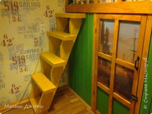 В маленьком помещении 2.30 х 2.30 сделана кровать-чердак с кладовкой внизу. Использованы  деревянные бруски, доска из сосны, фанера, ДВП, акриловая пропитка и краска мебельная.  фото 2