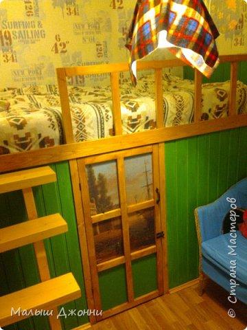 В маленьком помещении 2.30 х 2.30 сделана кровать-чердак с кладовкой внизу. Использованы  деревянные бруски, доска из сосны, фанера, ДВП, акриловая пропитка и краска мебельная.  фото 1