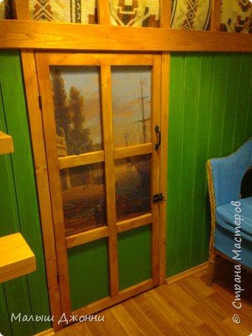 В маленьком помещении 2.30 х 2.30 сделана кровать-чердак с кладовкой внизу. Использованы  деревянные бруски, доска из сосны, фанера, ДВП, акриловая пропитка и краска мебельная.  фото 3